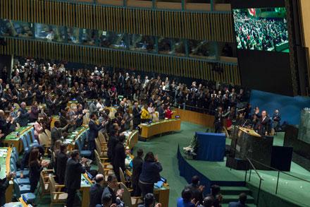 Назаседании Генеральной Ассамблеи ООН 12декабря 2016г. вНью-Йорке делегаты стоя аплодировали уходящему споста Генерального секретаря ООН Пан ГиМуну, после принятия Ассамблеей резолюции, которая отдает дань уважения его служению Организации. ©UNPhoto
