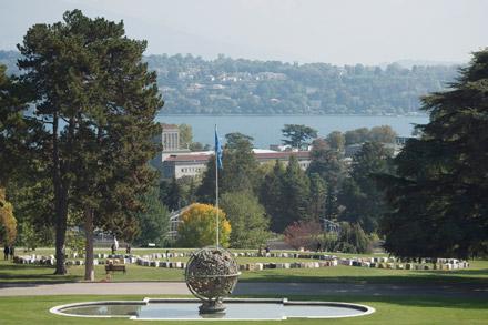 Комплекс зданий Дворца Наций находится водном изсамых больших парков Женевы— парк Ариана, спрекрасным видом наозеро Леман.