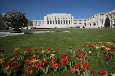 Здание Дворца Наций построено внеоклассическом стиле. Справа— «Армиллярная сфера», подарок Фонда Вудро Вилсона. Скульптура оснащена мотором, который, ксожалению, неработает. Первоначально, сфера медленно вращалась вокруг оси, направленной наПолярную звезду.