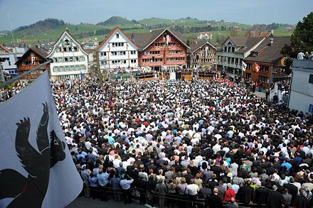 Наглавной площади вАппенцелле потрадиции раз вгод проводят общий сбор избирателей. Фото: Swiss-Image