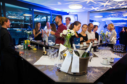 Вовремя шоу гостям предлагается высококачественный стол сразнообразными закусками иделикатесами. Вбаре ждет шампанское, коктейли иизысканные вина.