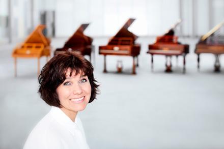 Вивиана Софроницкая выступает сдвумя, тремя, четырьмя или пятью роялями насцене. Фото: Majka Votavova