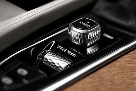 Рукоятка рычага КПП украшена хрусталем известного шведского производителя Orrefors. Фото: Volvo Car Group