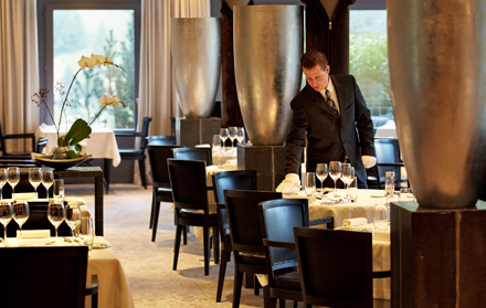 Куслугам гостей предлагаются два ресторана высокой кухни (15баллов отпутеводителя Gault Millau).